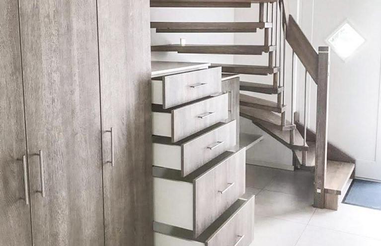 Freiraum durch Stauraum: Viel Luft nach oben unter der Treppe.